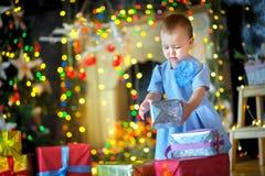 圣诞节礼品女孩一点 免版税库存图片