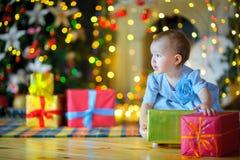 圣诞节礼品女孩一点 库存照片