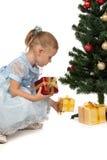 圣诞节礼品女孩少许最近的结构树 免版税库存图片