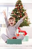 圣诞节礼品愉快地开玩笑叫喊 图库摄影