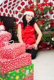 圣诞节礼品愉快的妇女 免版税库存照片
