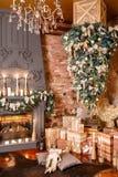 圣诞节礼品许多 浆果装饰霍莉家留给槲寄生多雪的结构树白色冬天 在顶楼内部的圣诞节对砖墙 库存照片