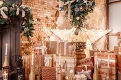 圣诞节礼品许多 浆果装饰霍莉家留给槲寄生多雪的结构树白色冬天 在顶楼内部的圣诞节对砖墙 库存图片