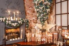 圣诞节礼品许多 浆果装饰霍莉家留给槲寄生多雪的结构树白色冬天 现代内部的顶楼 库存照片