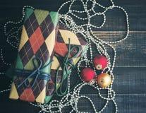 圣诞节礼品隔离白色 在五颜六色的纸的欢乐箱子在葡萄酒颜色的木背景 库存照片