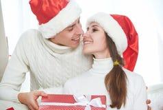 圣诞节礼品 人给一个妇女礼物礼物箱子 图库摄影