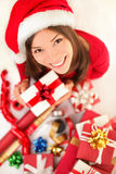 圣诞节礼品-包裹圣诞节礼品的妇女 免版税库存照片
