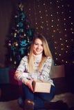 圣诞节礼品 打开g的愉快的惊奇的美丽的白肤金发的妇女 免版税库存照片