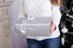 圣诞节礼品 显示美丽的礼物盒的妇女 免版税图库摄影