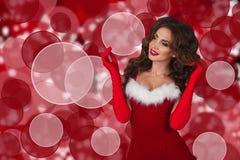 圣诞节礼服微笑的美丽的性感的女孩 看在往空白的拷贝空间的框架左边的妇女 库存照片