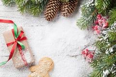 圣诞节礼物、姜饼人、棒棒糖和杉树 库存图片