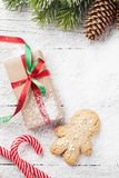 圣诞节礼物、姜饼人、棒棒糖和杉树 库存照片