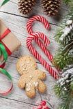 圣诞节礼物、棒棒糖和姜饼人 免版税库存图片
