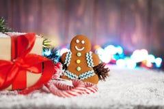 圣诞节礼物、棒棒糖和姜饼人 免版税库存照片