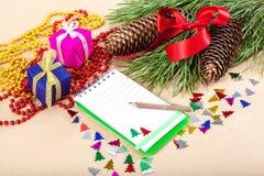 圣诞节礼物、笔记本、铅笔和云杉的分支 免版税库存图片