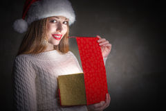 圣诞节礼物。愉快的女孩开头箱子 免版税库存图片