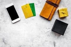 圣诞节礼物与信用卡和机动性的网上付款在灰色桌背景顶视图大模型 库存照片