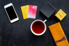 圣诞节礼物与信用卡和机动性的网上付款在黑桌背景顶视图大模型 免版税图库摄影