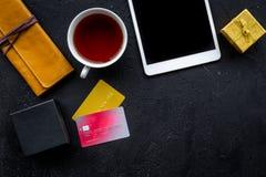 圣诞节礼物与信用卡和片剂的网上付款在黑桌背景顶视图大模型 库存照片