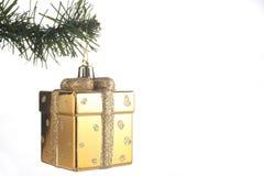 圣诞节礼物包裹在与在白色背景隔绝的拷贝空间的一个冷杉分支垂悬了 库存照片