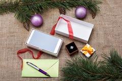 圣诞节礼物和一个信封与卡片 库存图片