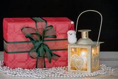 圣诞节礼物和一个灯笼有蜡烛的 免版税库存图片