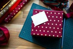 圣诞节礼物和包装纸顶上的射击  免版税库存照片