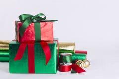 圣诞节礼物和包装纸 免版税库存图片