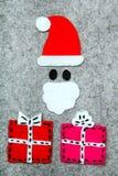 圣诞节礼物和圣诞老人灰色背景的 图库摄影