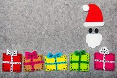 圣诞节礼物和圣诞老人灰色背景的 免版税库存图片