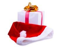 圣诞节礼物和圣诞老人` s盖帽 免版税库存照片