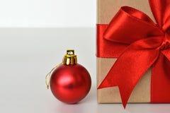 圣诞节礼物和圣诞节球 库存照片