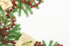 圣诞节礼物和毛皮树分支 免版税库存图片
