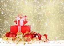 圣诞节礼物和球与金丝带 免版税库存图片