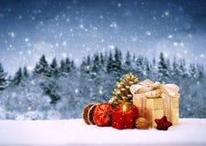 圣诞节礼物和红色出现蜡烛 免版税图库摄影