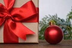 圣诞节礼物和红色圣诞节球 免版税库存照片