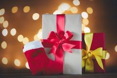 圣诞节礼物和袜子在神仙Ligths 免版税库存照片