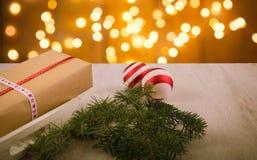 圣诞节礼物和装饰品与杉树在木backgrou 库存照片