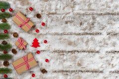 圣诞节礼物和装饰品在雪 免版税库存图片