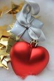 圣诞节礼物和装饰,红色心脏 免版税库存图片