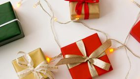圣诞节礼物和诗歌选在白色背景 股票视频