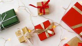 圣诞节礼物和诗歌选在白色背景 股票录像