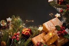 圣诞节礼物和诗歌选在绿色云杉的分支附近在黑背景 抽象空白背景圣诞节黑暗的装饰设计模式红色的星形 顶视图 图库摄影
