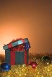 圣诞节礼物和闪亮金属片 免版税图库摄影