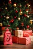 圣诞节礼物在圣诞树下 免版税库存照片