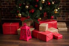 圣诞节礼物在圣诞树下 库存照片