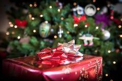 圣诞节礼物在树下 免版税库存照片