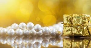 圣诞节礼物妇女的珍珠项链 库存照片