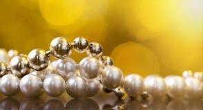 圣诞节礼物妇女的珍珠项链 免版税库存图片