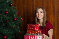 圣诞节礼物微笑的妇女年轻人 库存照片